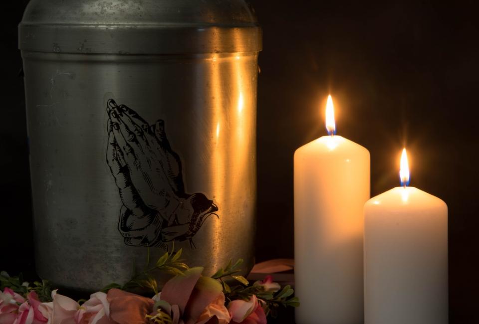 świece przy urnie